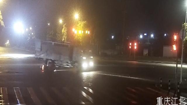 摩托车闯红灯,逼货车飘移180度避让