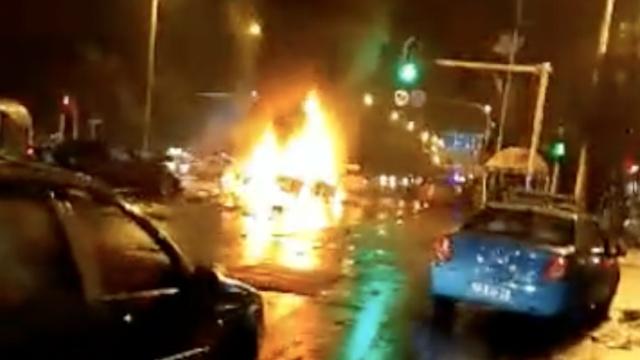 武汉凌晨4车相撞,两车起火伤多人