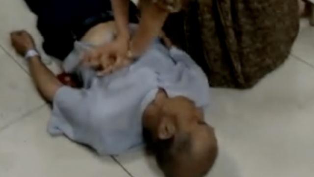 美女护士食堂遇老人晕倒,跪地急救