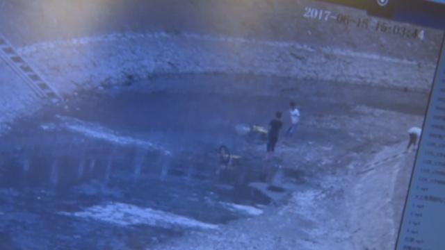 3小学生将ofo车扔河中,市民:素质低