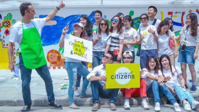 企业员工志愿者 化身城市彩妆师