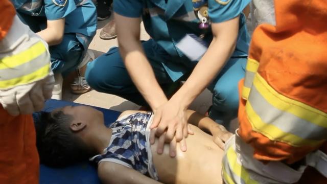 12岁男孩溺水,母亲哭嚎:医生救他