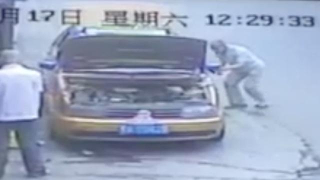 引擎盖挡视线,他秒偷出租车内手机