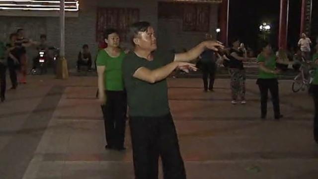 大爷痴迷广场舞5年,超越大妈成领舞