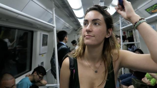 美女老外游深圳,把地铁夸成一朵花