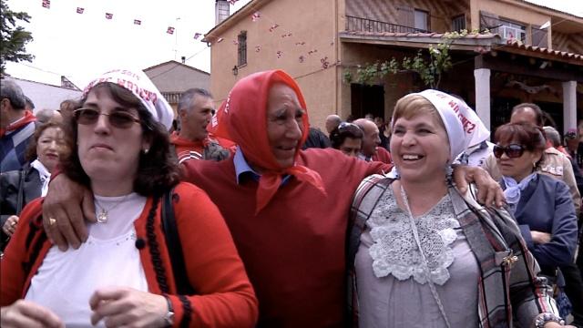 她们聚到西班牙小镇,和大爷们相亲