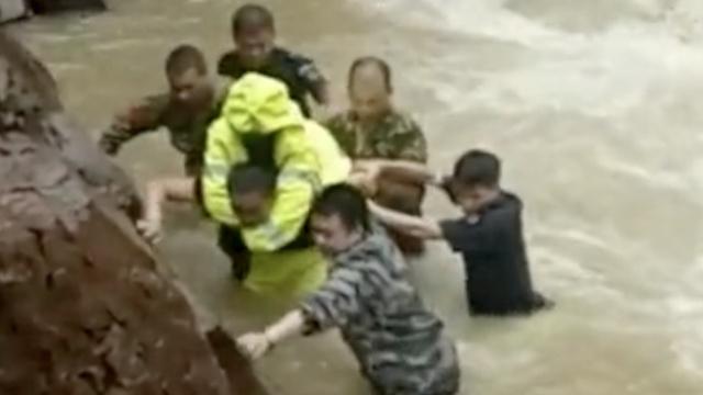 山洪激流中,特警奋力背出15条生命