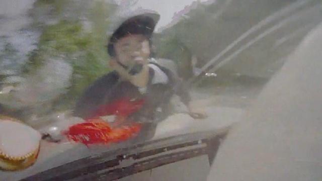 骑车男低头看手机致撞车,拒不承认