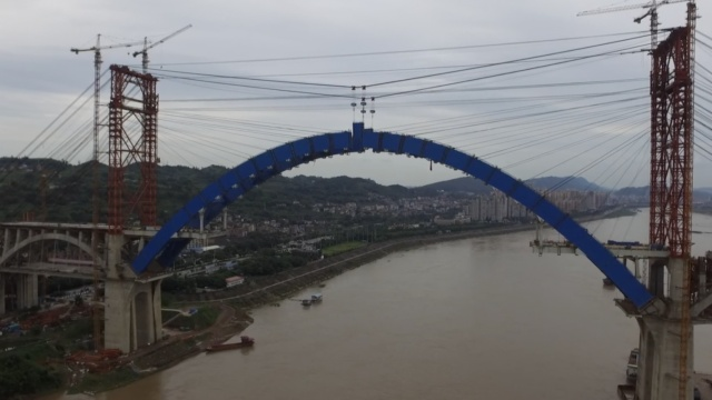 这座大桥很特别:公路在下铁路在上