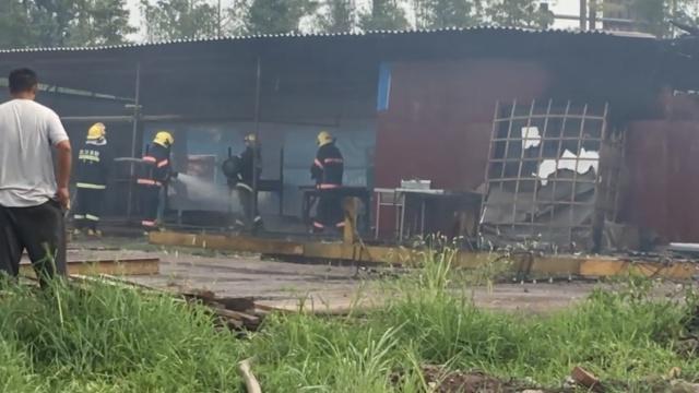 工棚突发大火,消防抢出4煤气罐