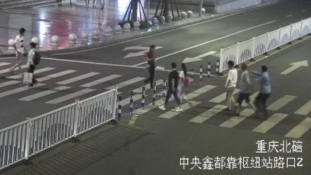 监拍:3人明确分工,当街抢夺金项链