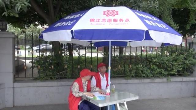 8旬老人高温下当志愿者:人老心不老