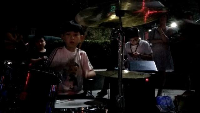 7岁男孩秀架子鼓被拍:要上电视么?