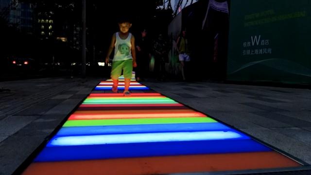上海超酷炫步道,让你在彩虹上漫步