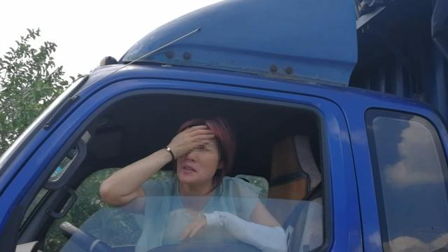 胆真肥!女司机高速桥下停车睡大觉
