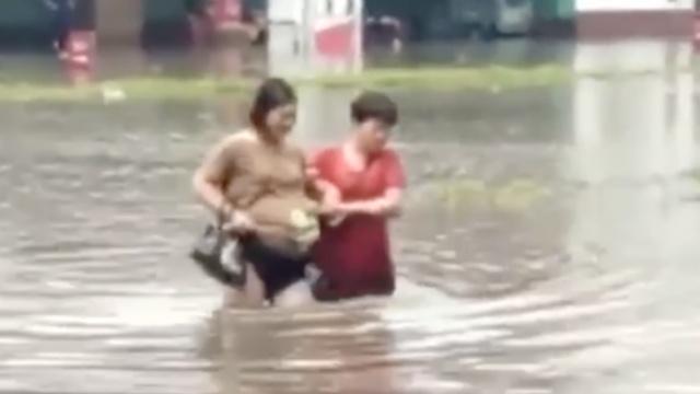 暴雨袭廊坊,孕妇深水中挽裙上医院