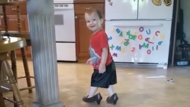 萌娃穿妈妈的高跟鞋,走姿笑死人