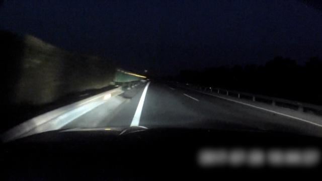 女子疲劳驾驶撞护栏,吓坏后车司机