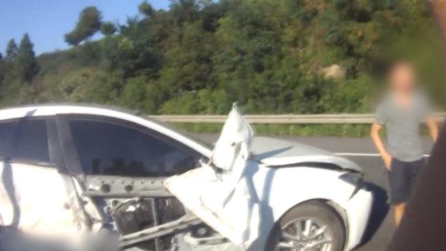 后车车速160撞上,前车孕妇躲过一劫