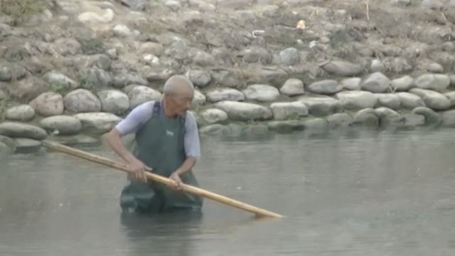 打工爷爷 | 他清理河道,日泡10小时