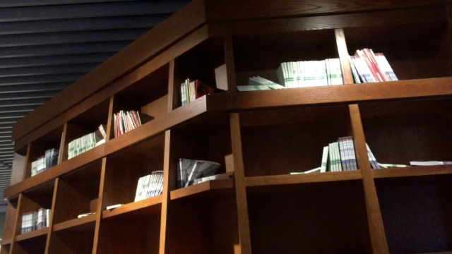 囧!纪念馆书放3米高,市民望书莫及