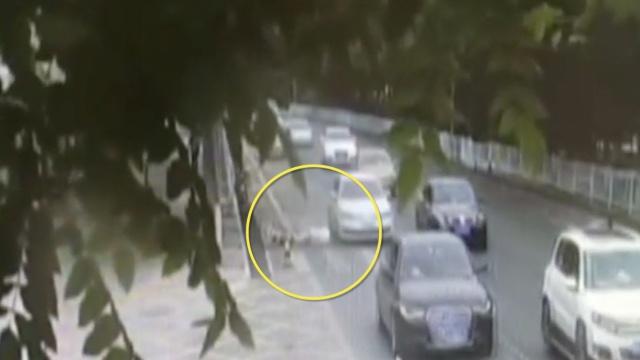险!男子摔下自行车,头撞疾驰车轱辘