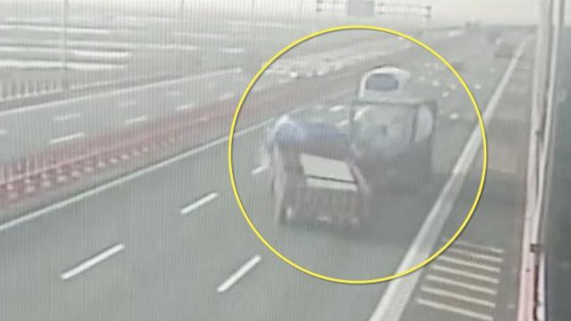 惊险!货车追尾槽罐车,失控撞上护栏