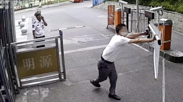 惊呆!进门被阻,男子掰断小区闸机杆