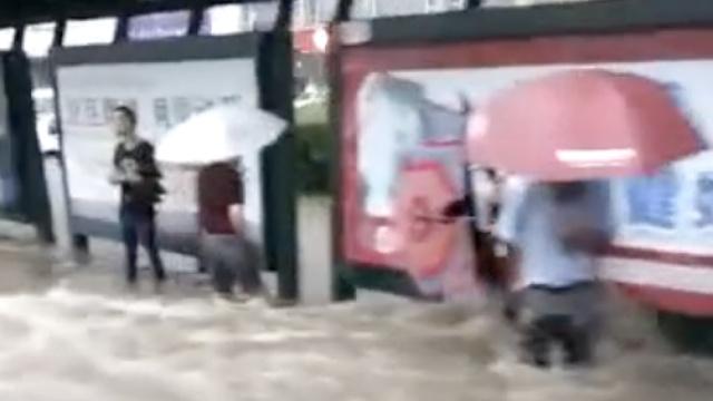 长春暴雨后,乘客齐腰深水中等公交