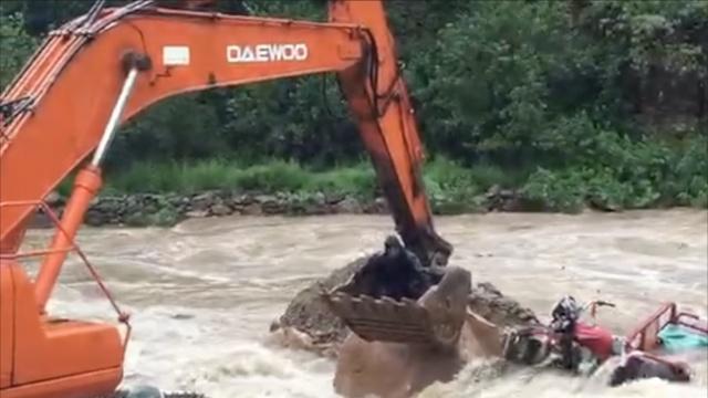 老人送完葬过桥,人车同被河水冲走