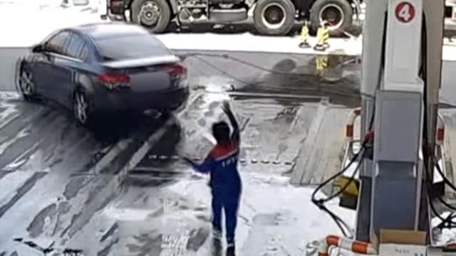 监拍:司机加油加一半,拉断油枪逃逸
