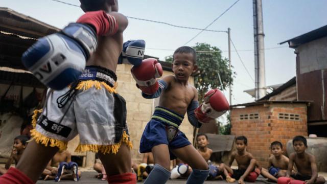 东南亚地下儿童拳击:为脱贫,死命拼