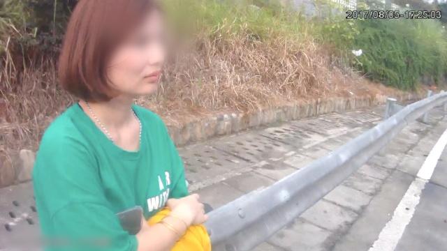 无证女子被拘,警车上自拍发朋友圈