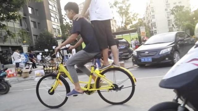 2小伙零距离共享小黄车被怼:不合适