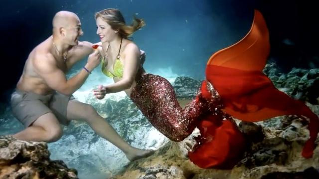 浪漫!他水下求婚扮美人鱼的未婚妻