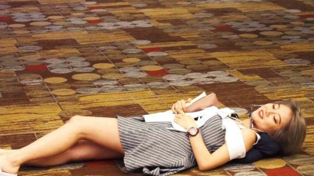 """美女躺在机场地板,直呼""""太好睡"""""""