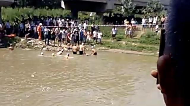 男子下河逮鱼溺亡,亲人身旁痛哭