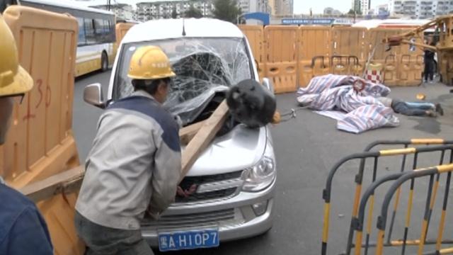 塔吊侧翻吊臂倒下,砸中车辆和工人