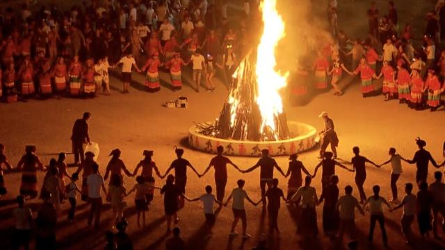 贵州彝族火把节!万人跳舞,婚庆狂欢_任麻了-梨篝火视频v婚庆图片