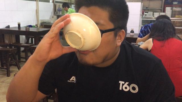 台湾人喝豆汁居然一口闷!