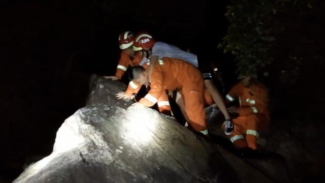 4学生台风天登山被困,1人突发抽搐