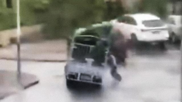 痛心!台风中他用身体撑货车,被压倒