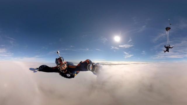 VR带你穿越厚厚的云,体验极限跳伞