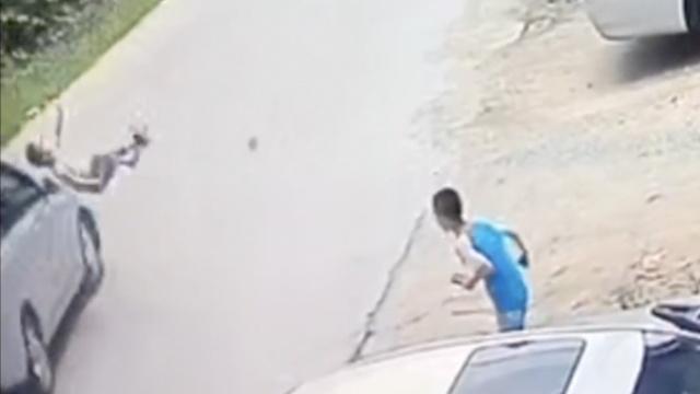 监拍:男童玩耍冲上马路,被小车撞飞