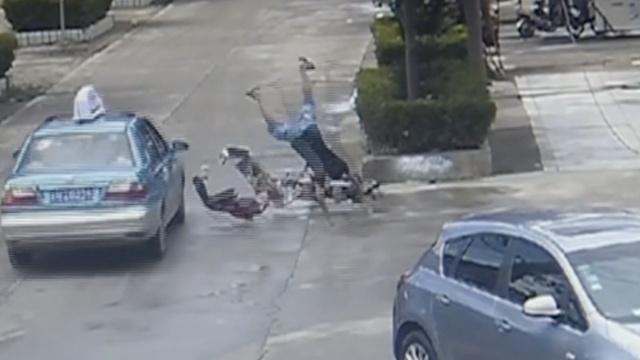 神!他骑车被撞飞,车烂了人站起来了