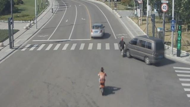 监拍:老人骑车被撞飞,女儿目睹全程