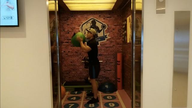 最迷你健身房,居然藏在电梯里