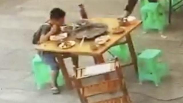 妈妈加班,8岁娃掏压岁钱独自吃火锅