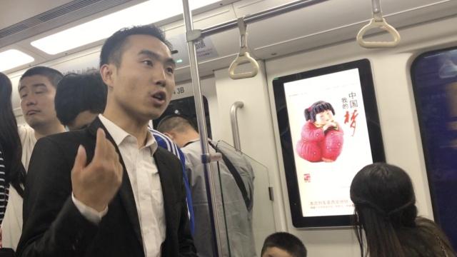 小伙地铁演讲练胆,旁边人反应亮了