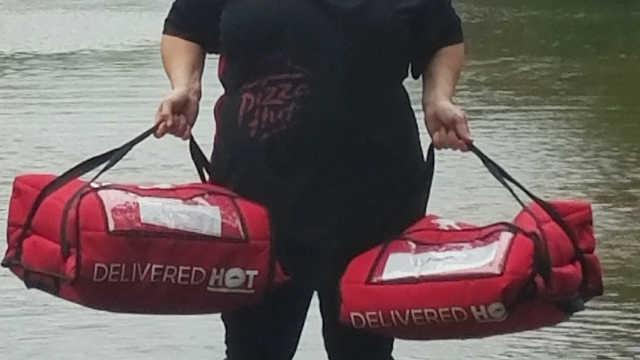 美国德州必胜客店长用皮划艇送披萨